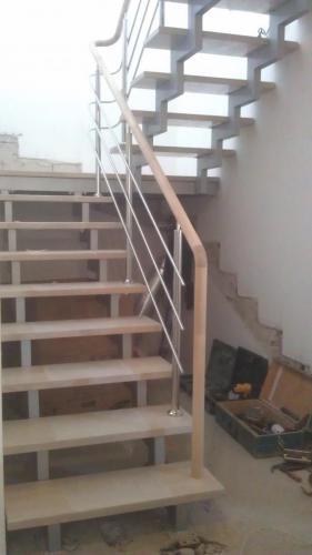 Лестница на косоурах из профильной трубы