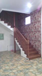 Лестница на металлическом каркасе в подвал
