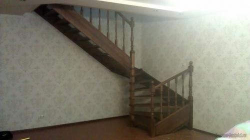 Лестница на тетивах с поворотом на 180